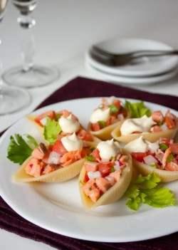 Салат из лосося в ракушке