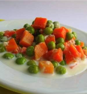 Тушеная морковь с зеленым горошком в соусе