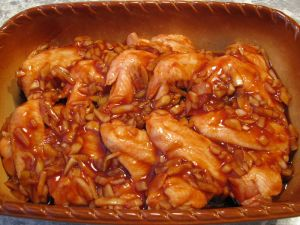 Крылышки, маринованные в соевом соусе и кетчупе