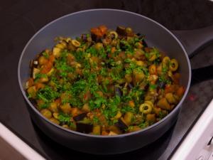 Баклажаны, тушенные с оливками и помидорами