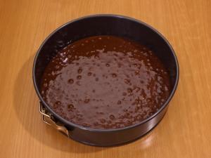 Шоколадный торт с молочно клубничным желе
