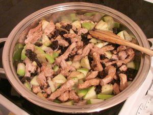 Свинина, тушенная с черносливом и яблоками