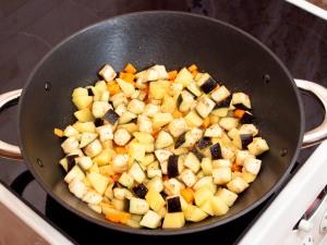 Форель, запеченная на гриле, с тушеными овощами и маринованным луком