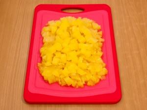 Салат с сыром и ананасами