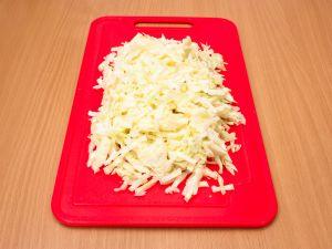 Салат с капустой, виноградом и яблоком