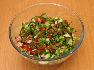 Салат с черемшой и овощами