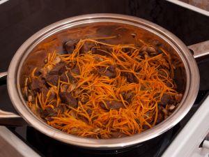 Мясо, жаренное с грибами и морковью