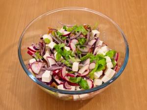 Салат с редисом, помидорами и фетой