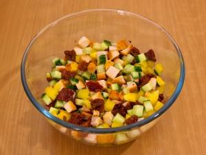 Салат с вялеными помидорами, куриным филе и огурцами
