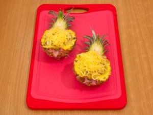 Ананасы, фаршированные куриным филе, запеченные под сыром