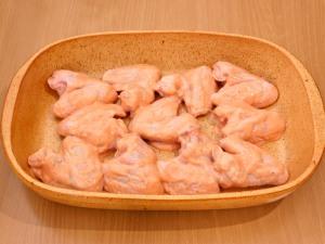 Куриные крылышки, запеченные в розовом соусе