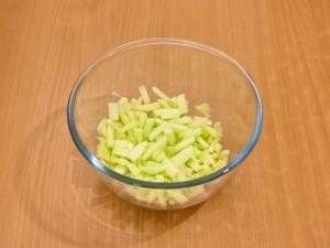 Салат коктейль с ветчиной, сыром и яблоком