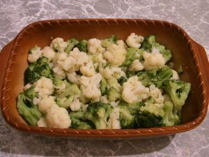 Цветная капуста и брокколи, запеченные под сливочным соусом