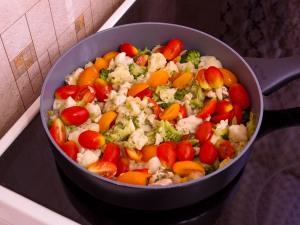 Макароны с брокколи, цветной капустой и куриным филе