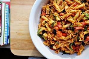 Макаронный салат с моцареллой, сушеными помидорами и оливками