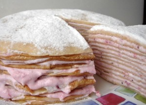 Сливочно творожный блинный торт с вишневым джемом