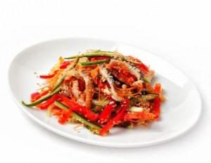 Овощной салат с копченым угрем