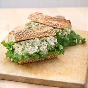 Бутерброд с тунцом, сельдереем, укропом и красным луком