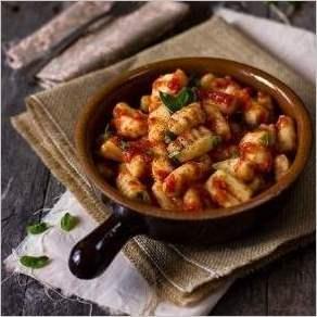 Картофельные клецки с помидорами