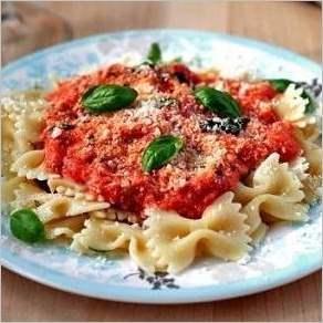 Макароны фарфалле с томатно сырным соусом