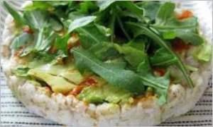 Рисовые хлебцы с рукколой и авокадо