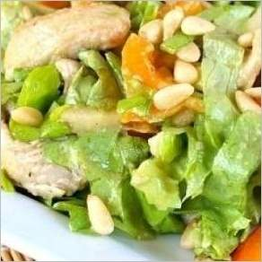 Салат из индейки, яблок и авокадо