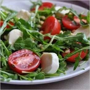 Салат из рукколы, томатов, моцареллы и кедровых орехов