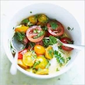 Салат из зелени с помидорами черри