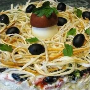 Салат Лесная тайна с кальмарами и маслинами