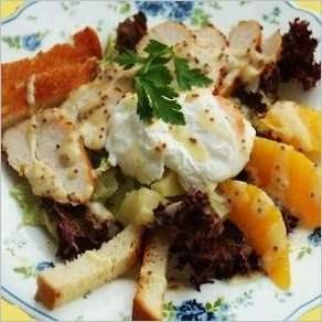 Салат с курицей и яйцом пашот