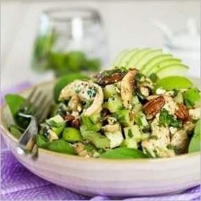 Салат с курицей, зеленым яблоком и фетой