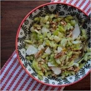 Салат с сельдереем, грецкими орехами и пармезаном