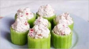 Салат в огуречных стаканчиках