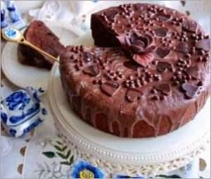 Шоколадный торт с финиками и орехами