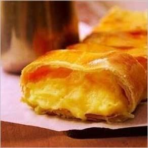 Штрудель с картофелем и сыром и молочно сырным соусом
