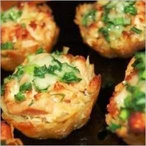 Тарталетки из картофеля с куриным филе под чесночно сырным соусом