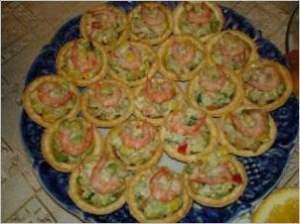 Тарталетки с салатом и креветками