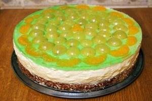 Торт бисквитный с киви, яблоками и клюквой