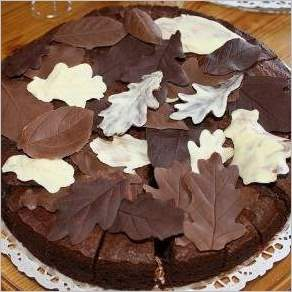 Торт с шоколадными листьями