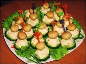 Закуска из огурца и грибочков с листьями салата