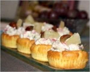 Закусочные тарталетки с салатом из красной рыбы